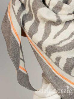 zwillingsherz-dreieckstuch-mit-kaschmir-grau-zebramuster-1