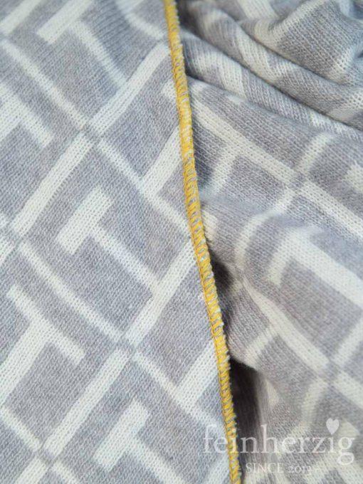 zwillingsherz-dreieckstuch-mit-kaschmir-grau-weiss-kante-gelb-2